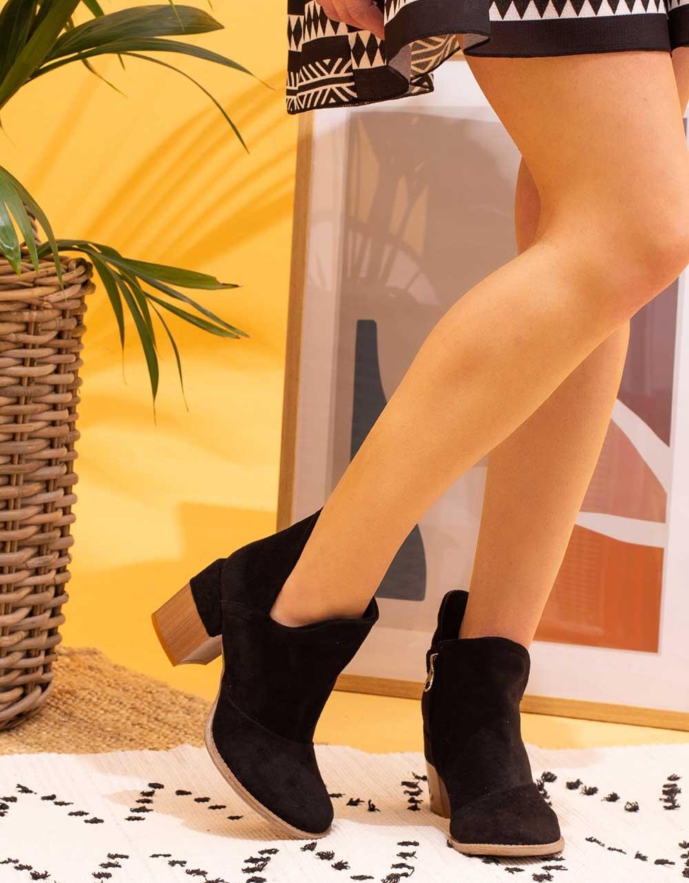 Εικόνα από Γυναικεία μποτάκια suede με λεπτομέρεια στο τακούνι Μαύρο