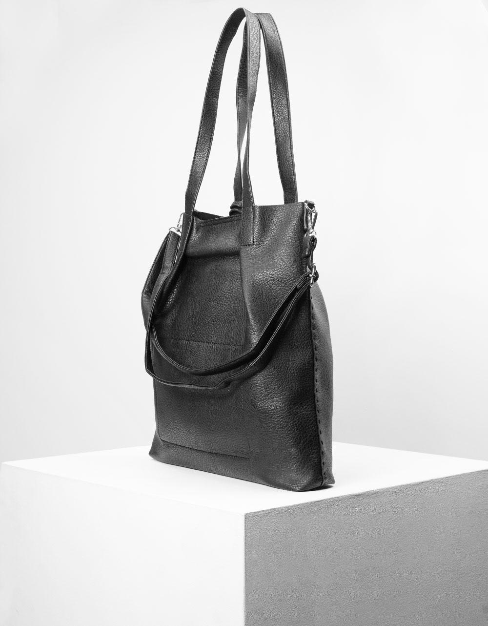 Εικόνα από Γυναικεία τσάντα ώμου με διακοσμητικό φουντάκι Μαύρο