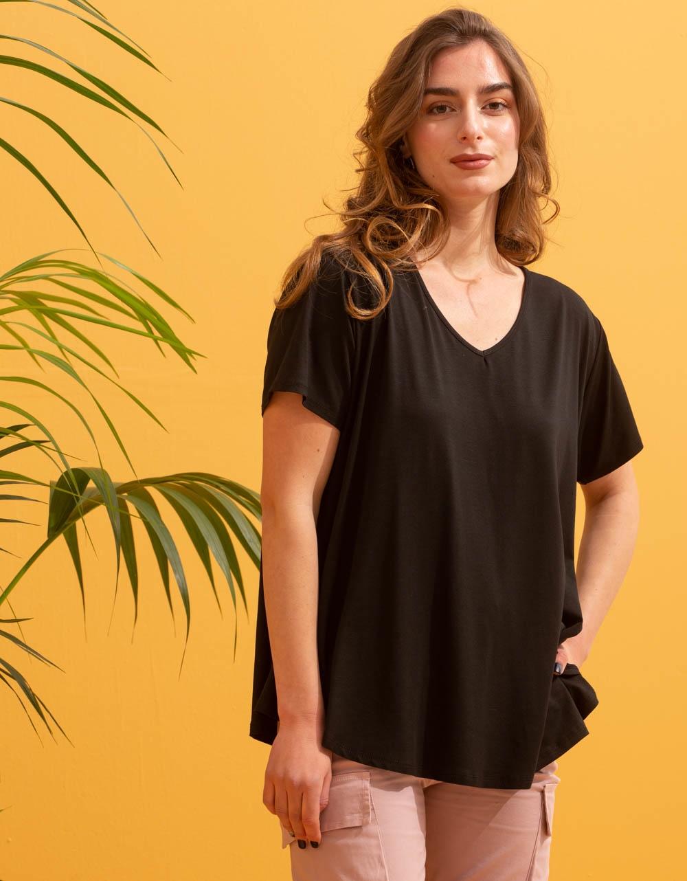 Εικόνα από Γυναικεία μονόχρωμη μπλούζα κοντομάνικη Μαύρο