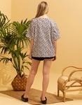 Εικόνα από Γυναικεία basic μπλούζα με άνετη γραμμή Λευκό/Μαύρο