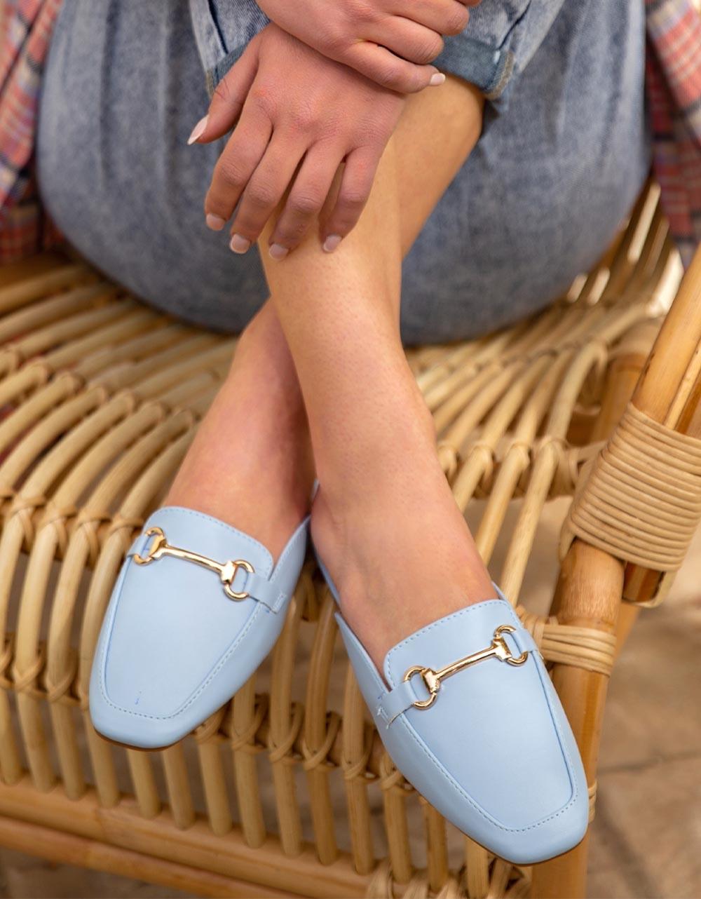 Εικόνα από Γυναικεία mules flat με μεταλλική αγκράφα Σιέλ
