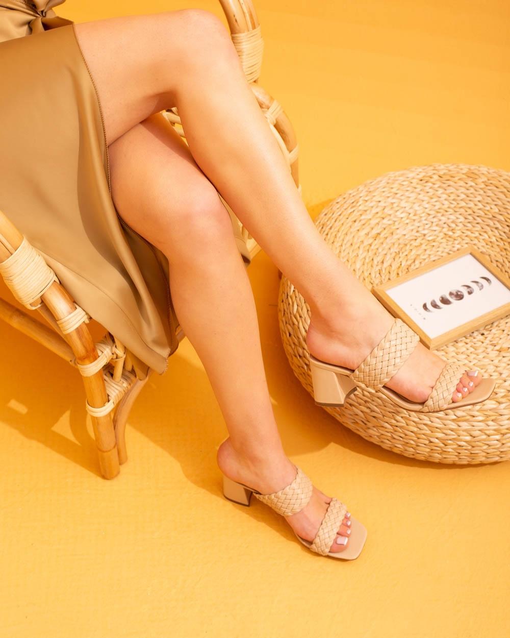 Εικόνα από Γυναικεία πέδιλα με περαστές φάσες Μπεζ