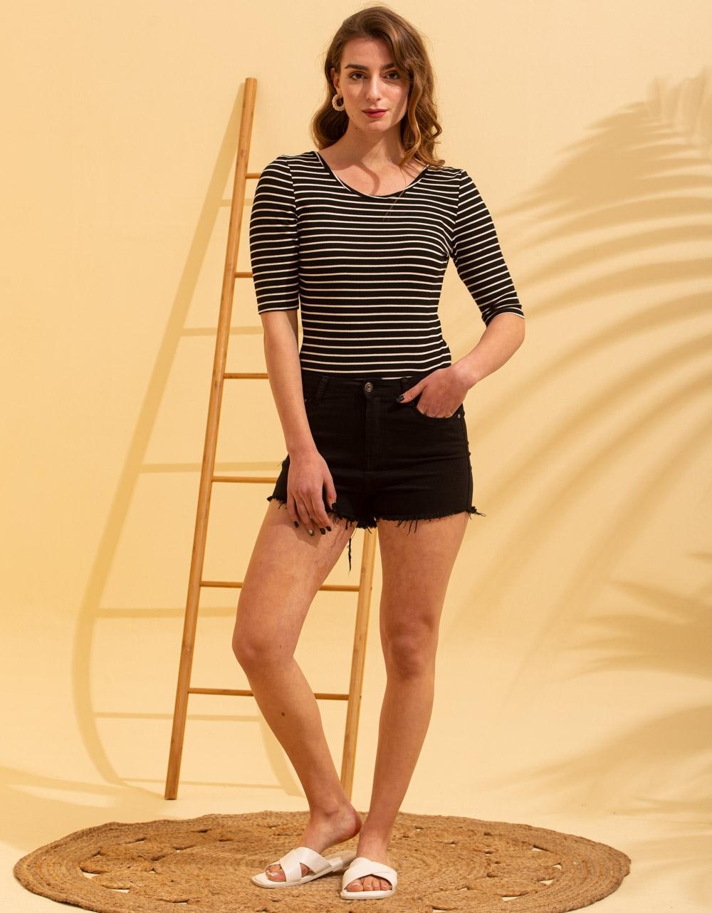 Εικόνα από Γυναικεία μπλούζα με ανοιχτή πλάτη Μαύρο