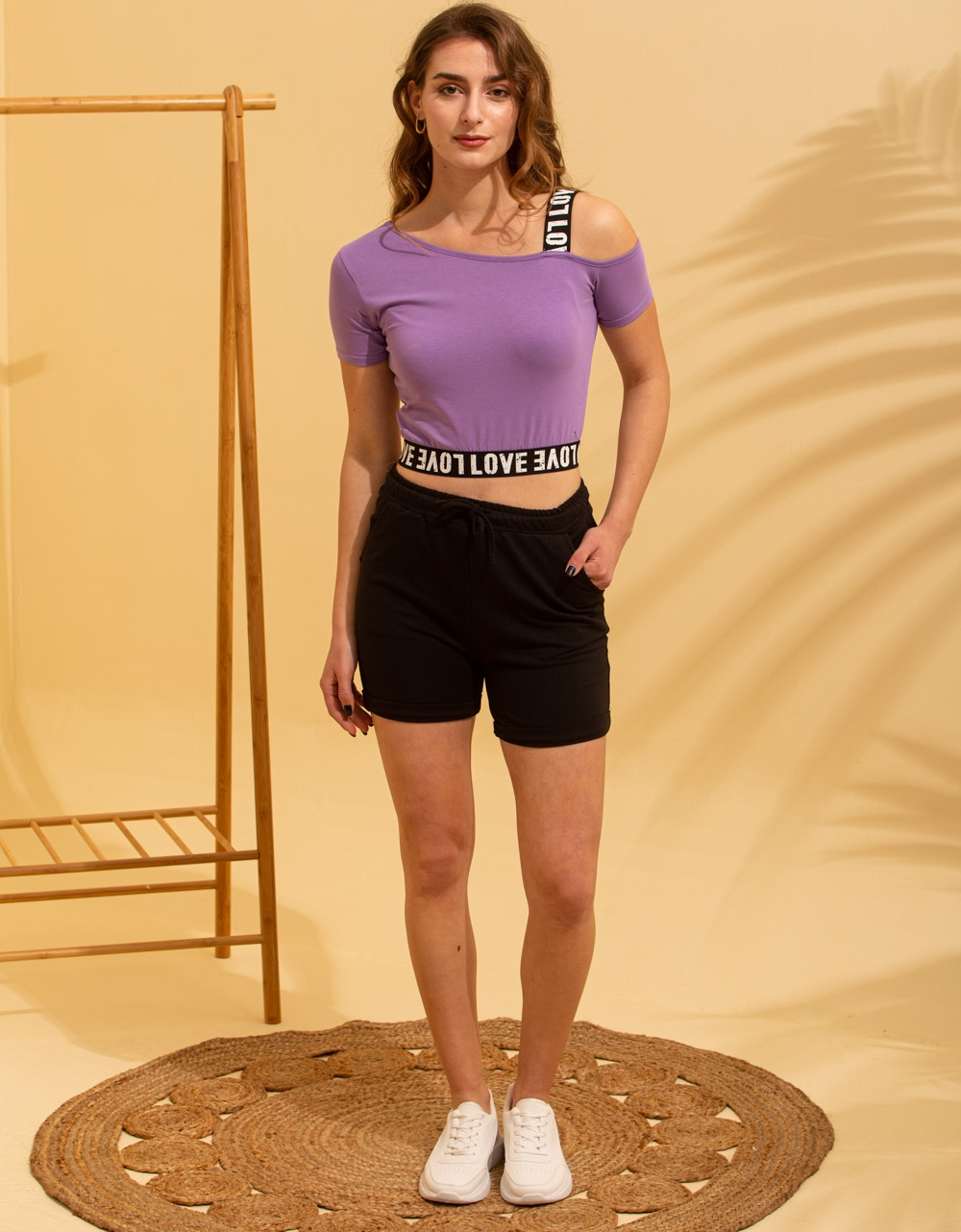 Εικόνα από Γυναικείο t-shirt με έναν ώμο Λιλά