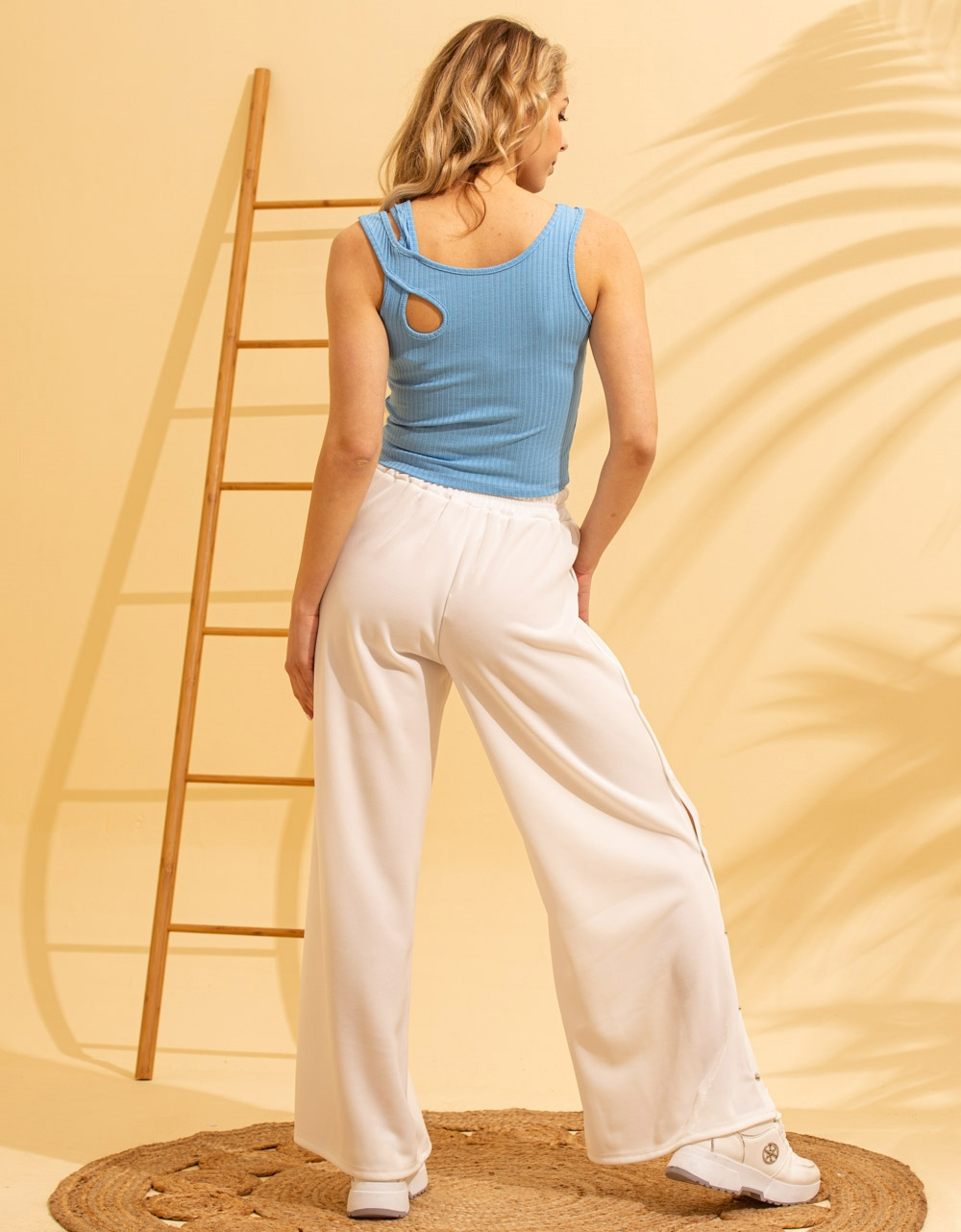 Εικόνα από Γυναικεία μπλούζα με χιαστί τιράντα Μπλε