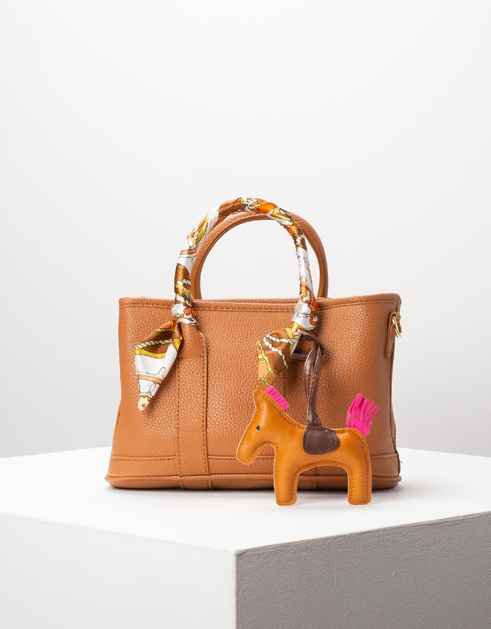 Εικόνα από Γυναικεία τσάντα χειρός με διακοσμητικό αξεσουάρ Ταμπά