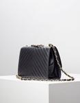 Εικόνα από Γυναικεία τσάντα ώμου & χιαστί με μεταλλική λεπτομέρεια στο καπάκι Μαύρο
