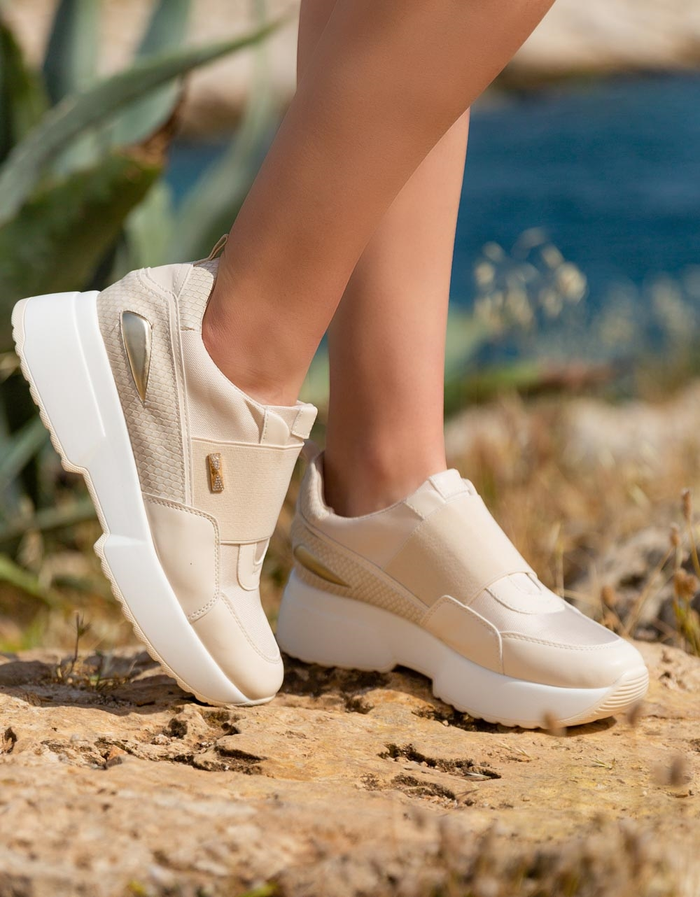 Εικόνα από Γυναικεία sneakers με λάστιχο στο κουτεπιέ Μπεζ