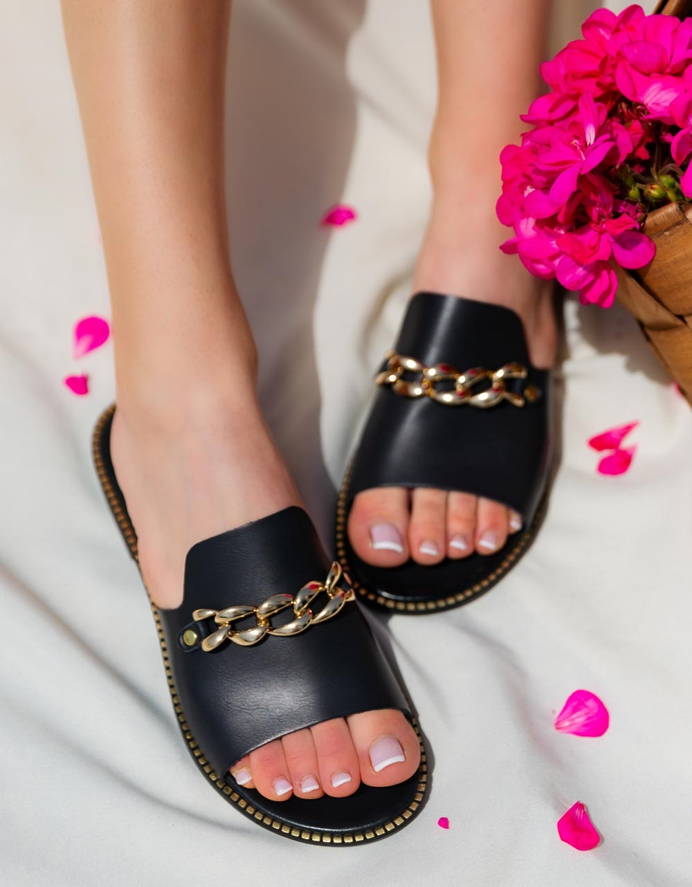 Εικόνα από Γυναικεία σανδάλια από γνήσιο δέρμα με μεταλλική αλυσίδα Μαύρο