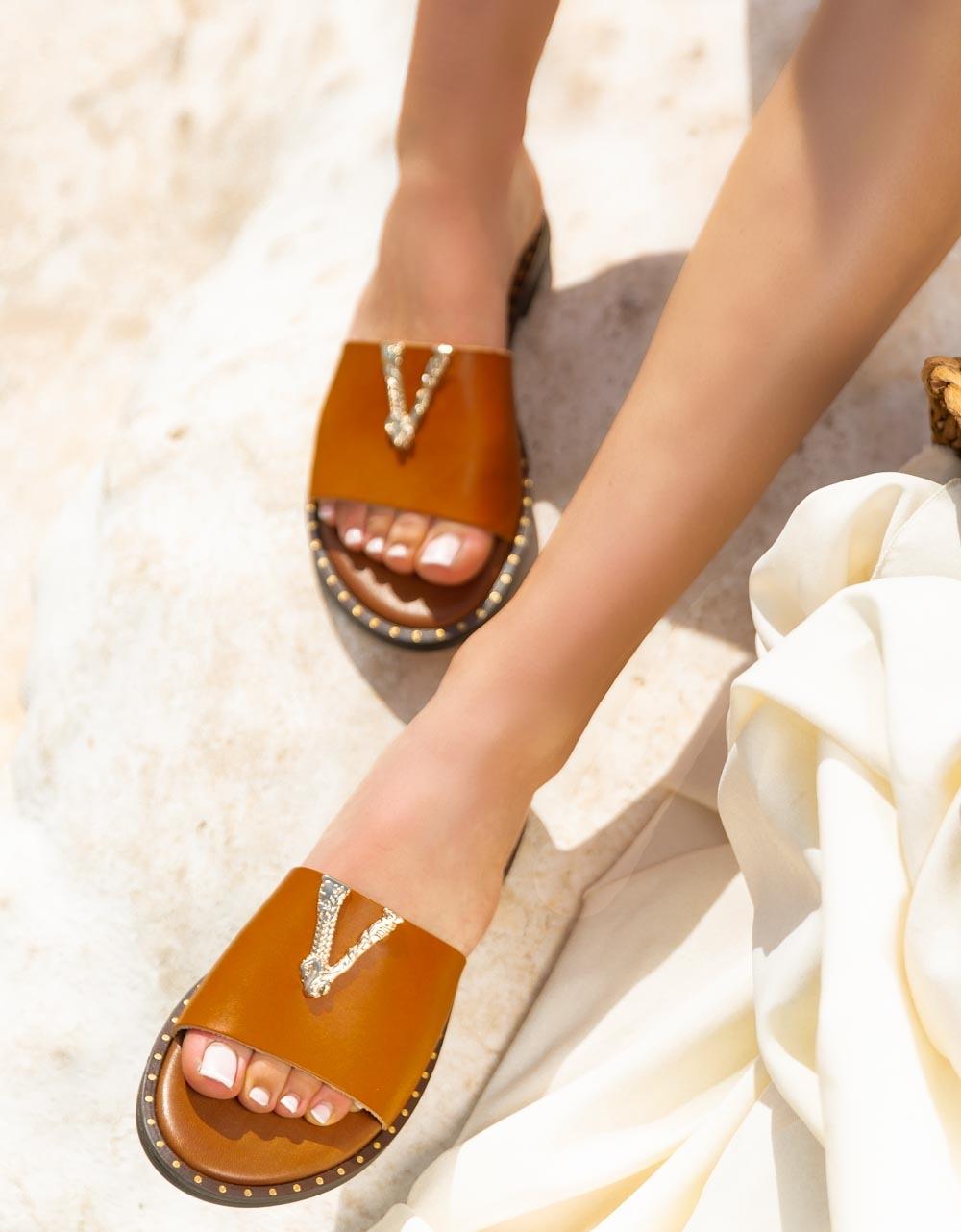 Εικόνα από Γυναικεία σανδάλια από γνήσιο δέρμα με διακοσμητικό V Ταμπά