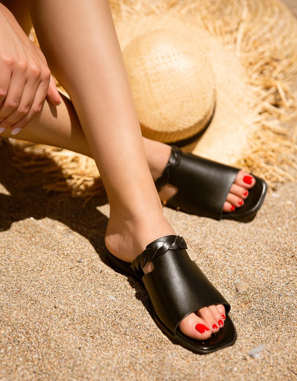 Εικόνα από Γυναικεία σανδάλια από γνήσιο δέρμα με κοτσιδάκι στην φάσα Μαύρο
