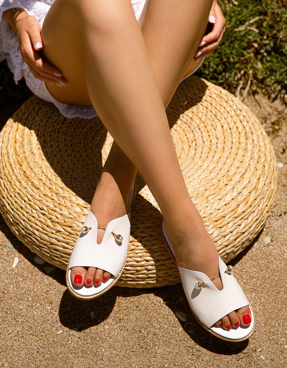 Εικόνα από Γυναικεία σανδάλια από γνήσιο δέρμα flat με μεταλλική λεπτομέρεια στην φάσα Λευκό