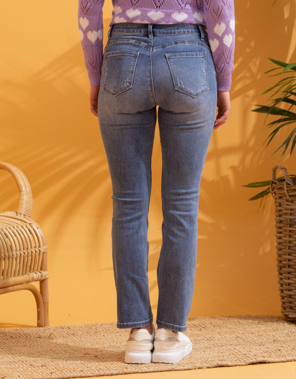 Εικόνα από Γυναικείο παντελόνι με φθορές Τζιν