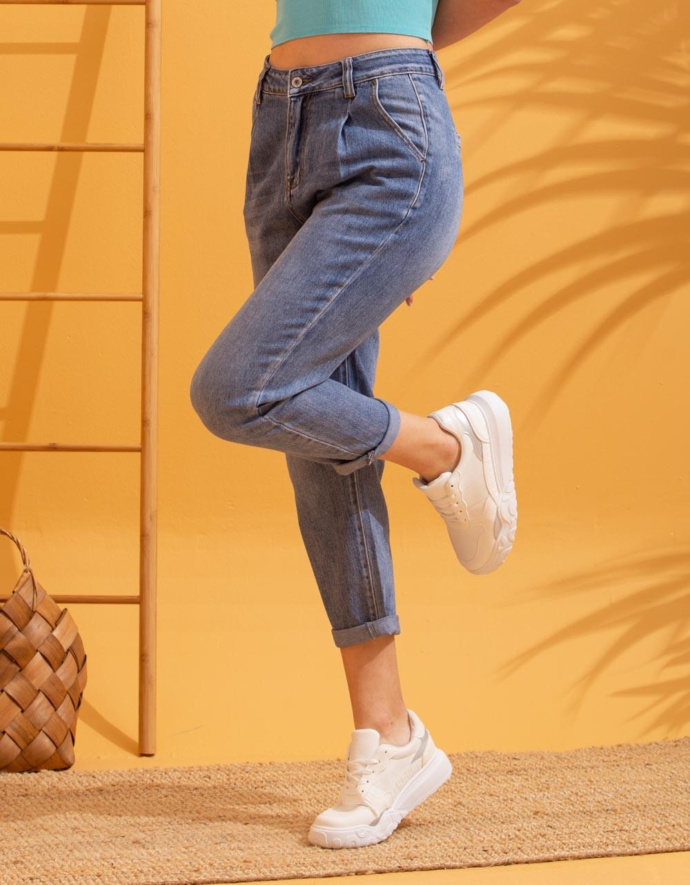 Εικόνα από Γυναικείο παντελόνι με πιέτες και τσέπες Τζιν