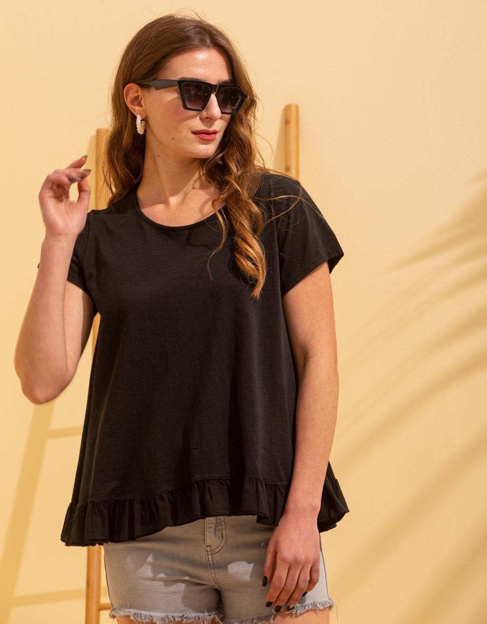 Εικόνα από Γυναικεία κοντομάνικη μπλούζα με βολάν στο τελείωμα Μαύρο
