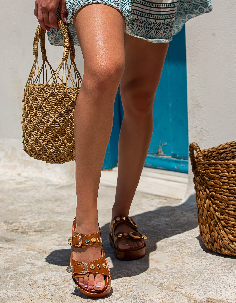 Εικόνα από Γυναικεία σανδάλια με μεγάλες αγκράφες Ταμπά
