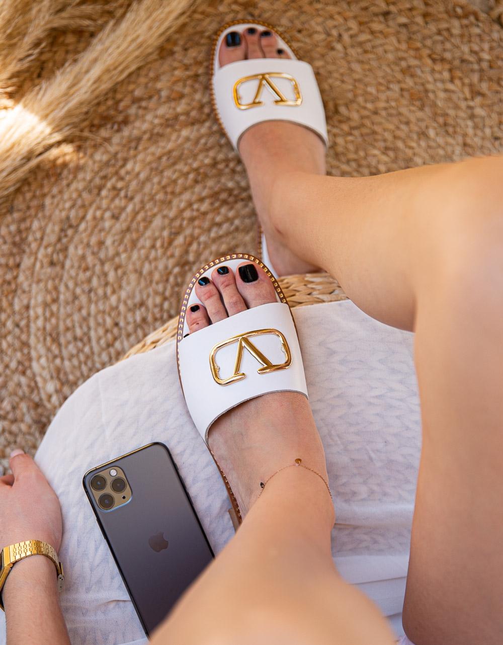 Εικόνα από Γυναικεία σανδάλια από γνήσιο δέρμα με μεταλλική λεπτομέρεια Λευκό
