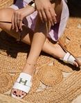Εικόνα από Γυναικεία σανδάλια από γνήσιο δέρμα με μεταλλική λεπτομέρεια στην φάσα Λευκό