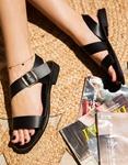 Εικόνα από Γυναικεία σανδάλια από γνήσιο δέρμα με λοξό λουράκι Μαύρο