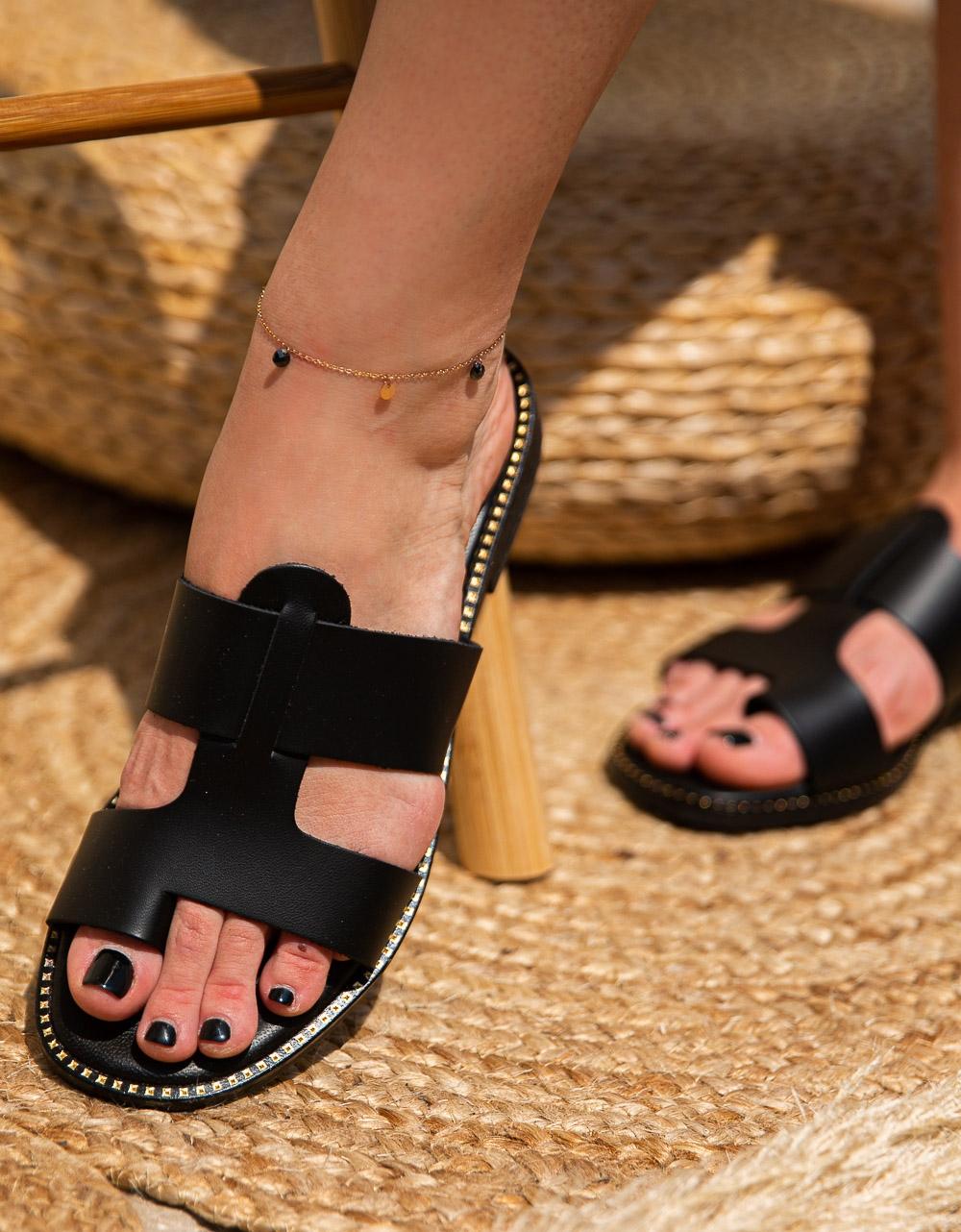 Εικόνα από Γυναικεία σανδάλια από γνήσιο δέρμα με ανοίγματα στη φάσα Μαύρο