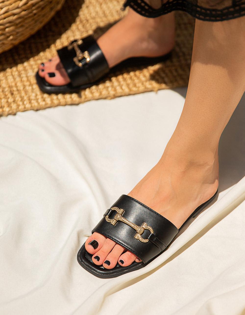 Εικόνα από Γυναικεία σανδάλια με μεταλλική αγκράφα Μαύρο
