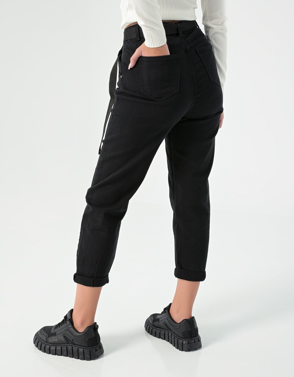 Εικόνα από Γυναικείο παντελόνι mom's fit με ζώνη Μαύρο