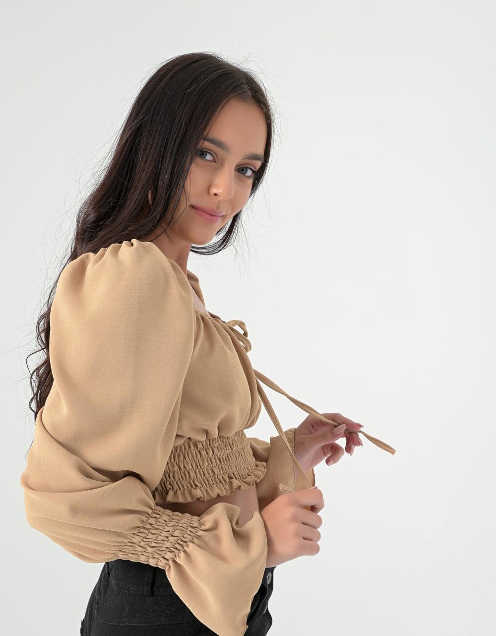 Εικόνα από Γυναικείο τοπ με δέσιμο και σούρα στο μανίκι Μπεζ