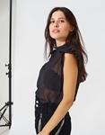 Εικόνα από Γυναικεία μπλούζα με βολάν στα μανίκια Μαύρο