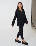 Εικόνα από Γυναικεία μπλούζα σε άνετη γραμμή με κουμπιά Μαύρο