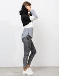 Εικόνα από Γυναικείο φούτερ με κουκούλα και συνδυασμούς χρωμάτων Μαύρο