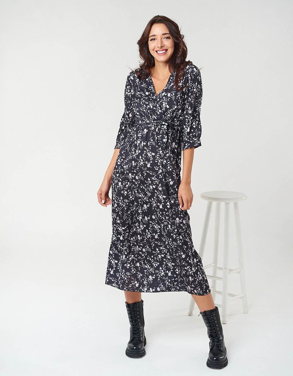 Εικόνα από Γυναικείο φόρεμα μακρύ άνετο με διακοσμητικά λουλουδάκια Μαύρο