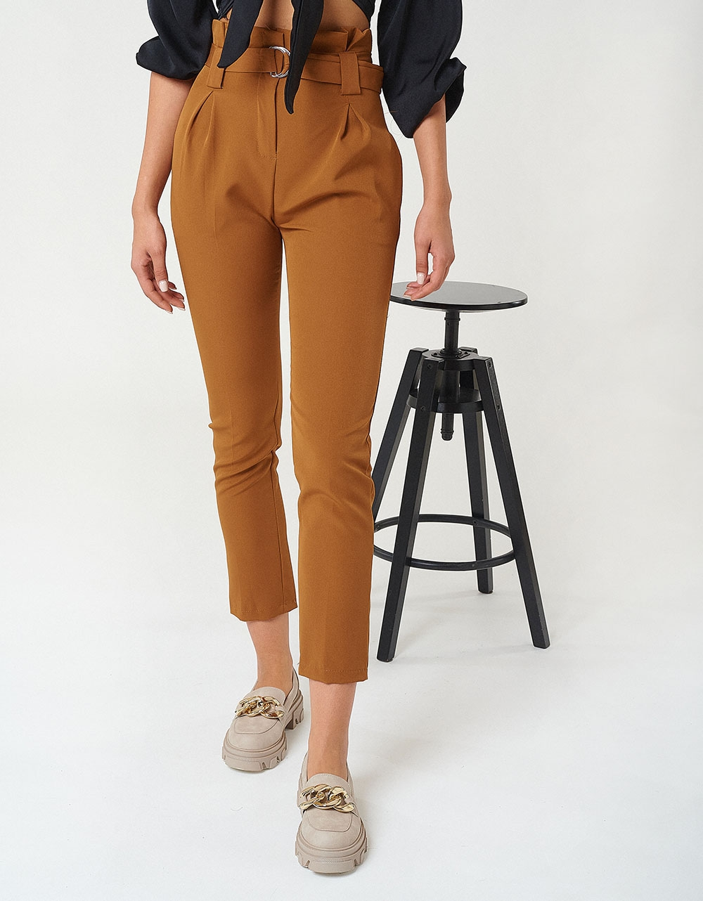 Εικόνα από Γυναικείο υφασμάτινο παντελόνι με πιέτες Ταμπά