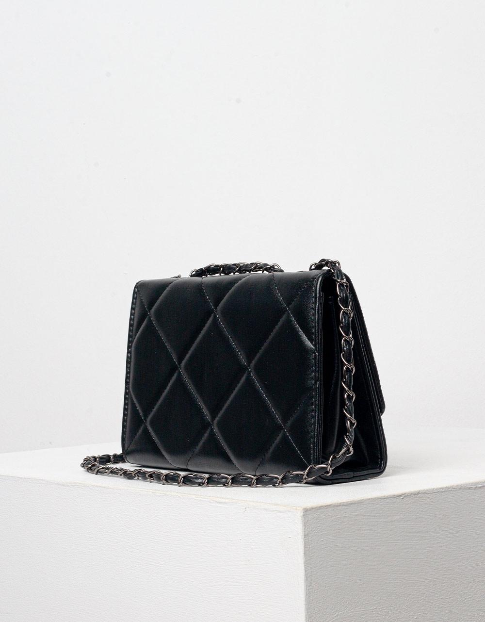 Εικόνα από Γυναικεία τσάντα ώμου μονόχρωμη καπιτονέ Μαύρο