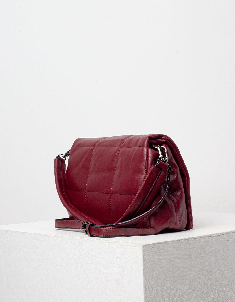 Εικόνα από Γυναικεία τσάντα ώμου με διακοσμητικές ραφές Μπορντώ